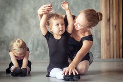La ballerina insegna alle ragazze Fotografia Stock