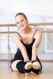 La ballerina si allunga Fotografia Stock