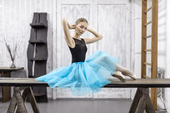 La ballerina si siede sulla tavola Fotografia Stock Libera da Diritti