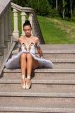 La ballerina si siede sulle scale, stanti nel pointe Fotografie Stock Libere da Diritti