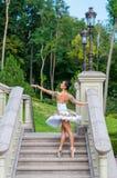 La ballerina sta sulle scale, stanti nella posizione del pointe All'aperto, molla Fotografie Stock Libere da Diritti