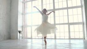 La ballerina in vestito leggero e scarpe di Pointe sta filando sulla punta dei piedi Movimento lento stock footage