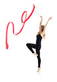 La ballerine avec la bande reste et soulève des mains Photos libres de droits