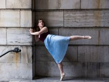 La ballerine dans la jupe et le pointe longtemps plissés chausse la position sur le pied entièrement prolongé images libres de droits