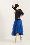 La ballerine dans le pointe chausse la danse avec le chapeau photo libre de droits