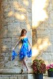 La ballerine danse près de la colonne photo stock