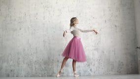 La ballerine gracieuse danse admirablement dans un tutu et un pointe classiques Mouvement lent clips vidéos