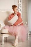 La ballerine s'afflige étreignant l'oreiller Photo stock