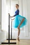 La ballerine s'exerce sur le barre image stock
