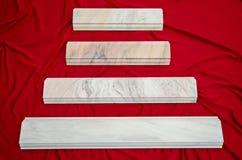La balustrade de marbre blanche de Ruschita couvre de tuiles la balustrade d'escalier Images libres de droits