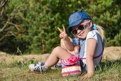 La bambina è giocante e ridente sul prato inglese verde di estate fotografia stock libera da diritti