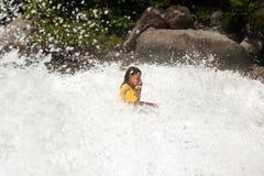 La bambina è in mezzo a fracassare la grande onda Fotografia Stock Libera da Diritti