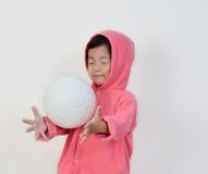 La bambina è ottiene la palla Immagini Stock