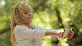 La bambina adorabile prende le immagini se stessa sopra video d archivio