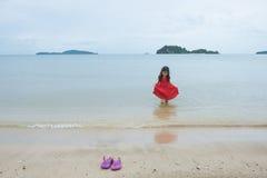 La bambina asiatica felice si diverte sulla spiaggia immagine stock libera da diritti
