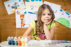 La bambina assorbe del le pittura colorate multi di un album Immagine Stock Libera da Diritti