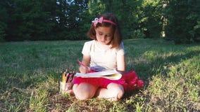 La bambina assorbe la natura archivi video