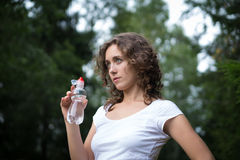 La bambina beve l'acqua Immagini Stock Libere da Diritti