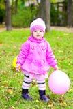 La bambina cammina su un glade verde Fotografie Stock