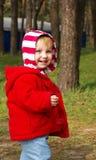 La bambina cammina in un legno Fotografie Stock