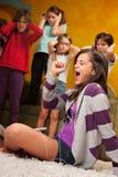 La bambina canta alto fuori Immagini Stock Libere da Diritti