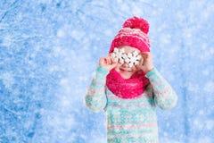La bambina che gioca con la neve del giocattolo si sfalda nel parco dell'inverno Immagini Stock