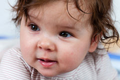 La bambina che gradice posare. Fotografia Stock