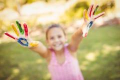 La bambina che la allunga fuori ha dipinto le mani Fotografia Stock Libera da Diritti