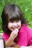 La bambina che osserva ed ascolta Fotografia Stock