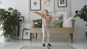 La bambina che salta con il coniglio della peluche stock footage