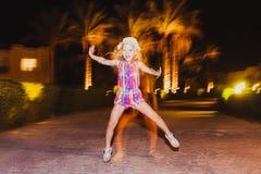 La bambina che salta e che ha divertimento Fotografia Stock Libera da Diritti