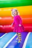 La bambina che salta e che rimbalza Fotografia Stock