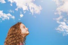 La bambina chiusa lei occhi e respira l'aria fresca nel PA fotografia stock libera da diritti