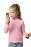 La bambina comunica dal telefono mobile Fotografia Stock