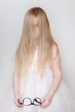 La bambina con capelli lunghi ha coperto il suo fronte Immagine Stock Libera da Diritti