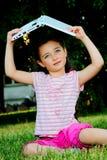 La bambina con il computer portatile Immagine Stock