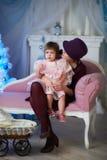 La bambina con la sua madre fotografia stock