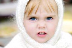 La bambina con un fronte arrabbiato Fotografia Stock