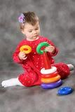 La bambina con un giocattolo della piramide Fotografia Stock Libera da Diritti