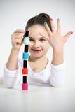 La bambina costruisce una piramide facendo uso di Immagini Stock Libere da Diritti