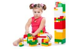 La bambina costruisce una torre Immagini Stock