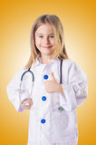 La bambina in costume di medico Immagini Stock