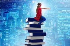 La bambina del supereroe nel concetto di istruzione Fotografie Stock
