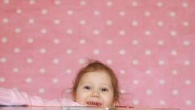 la bambina del ute rientra nella tavola, la disobbedienza, la giocosità, gioco Sorridere e risate felici del bambino archivi video