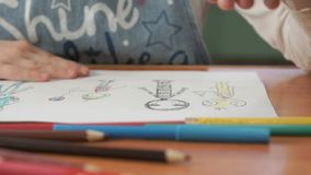 La bambina disegna le immagini facendo uso delle matite di colore video d archivio
