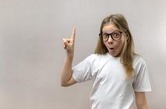 La bambina divertente esclama con la gioia Ha risolto il problema Ricerca delle idee comprensione fotografia stock libera da diritti