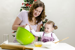 La bambina e la madre stanno preparando i biscotti Fotografie Stock Libere da Diritti