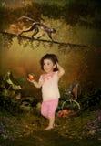 La bambina e le scimmie Fotografie Stock Libere da Diritti