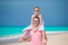 La bambina ed il papà felice che si divertono durante la spiaggia vacation Immagini Stock