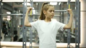 La bambina esamina i suoi muscoli stock footage